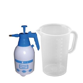 Messbecher und Sprühflaschen